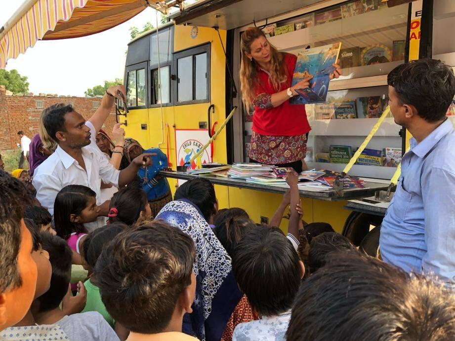 L'association a mis en place cette année un bus bibliothèque pour les habitants de la banlieue de Jaïpur.(DR)