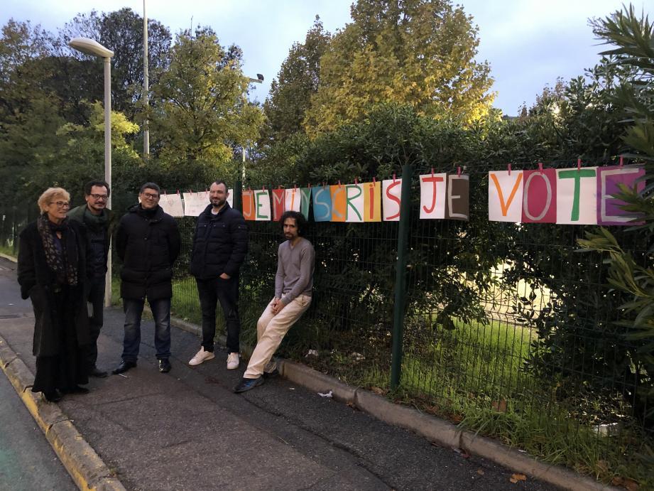 Face au lycée Renoir, la gauche a affiché ces pancartes afin de sensibiliser les jeunes au vote.