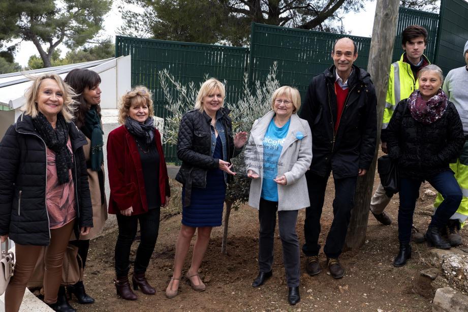 Un olivier a été symboliquement planté aux portes de l'école du Bois-Maurin par le maire Jean-Paul Joseph, et une plaque apposée.
