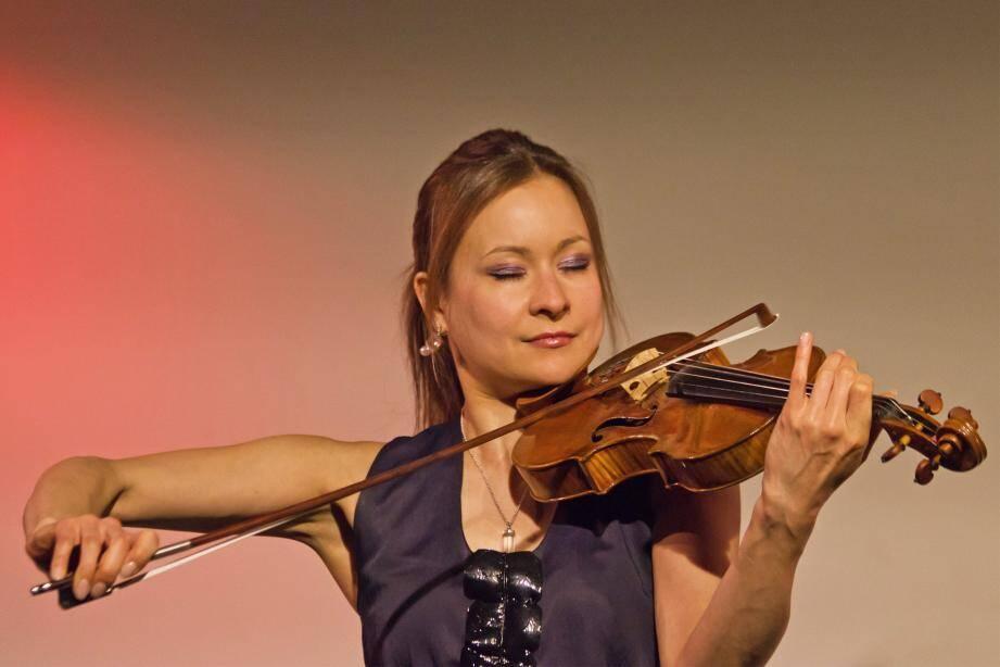 À gauche : la violoniste allemande Arabella Steinbacher. À droite : le chef d'orchestre letton Andris Pogas.(DR)
