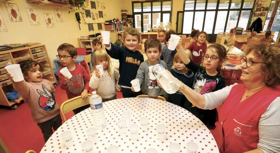 La distribution de bouteilles d'eau a eu lieu hier dans les écoles, crèches… à Grasse.
