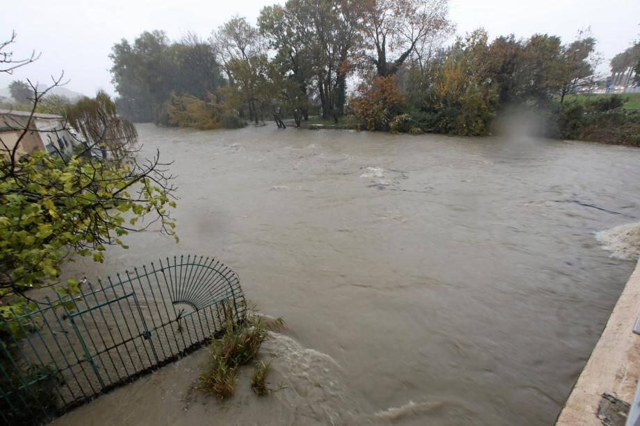 À l'embouchure du Loup, le débit de l'eau est impressionnant : il est a été multiplié par huit en quelques heures. La forte houle a bloqué le rejet en mer, faisant monter d'autant le niveau du fleuve.