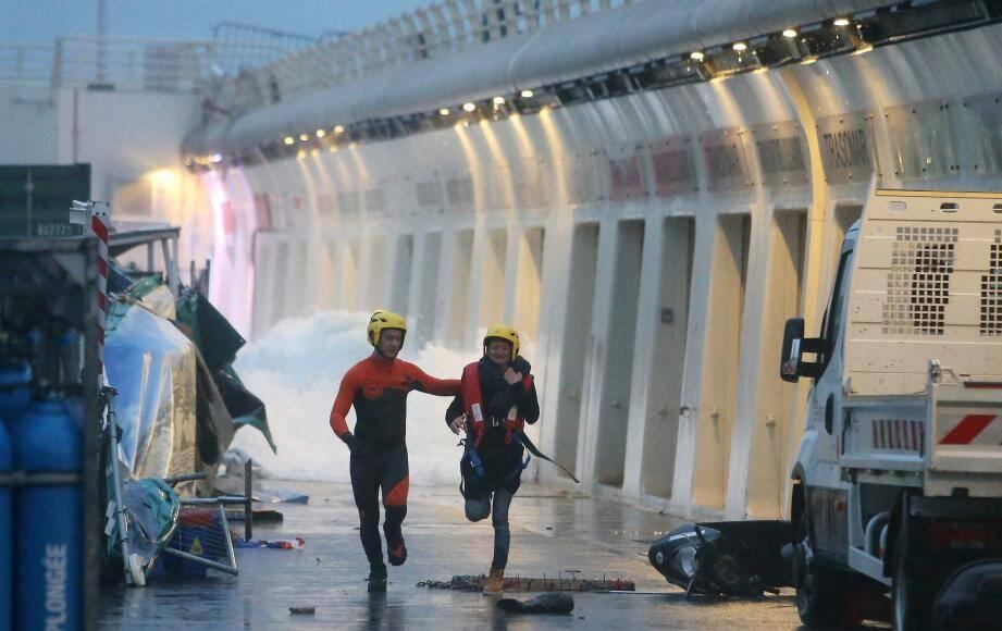 Les naufragés du restaurant évacués un par un par les sauveteurs.