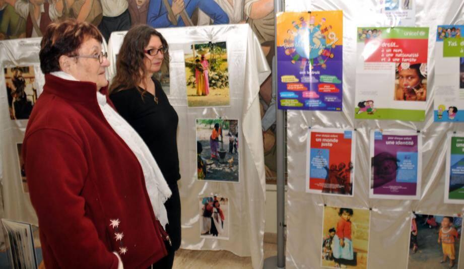 Maria Chevrier, au second plan, présentant l'exposition de portraits d'enfants et de l'Unicef.