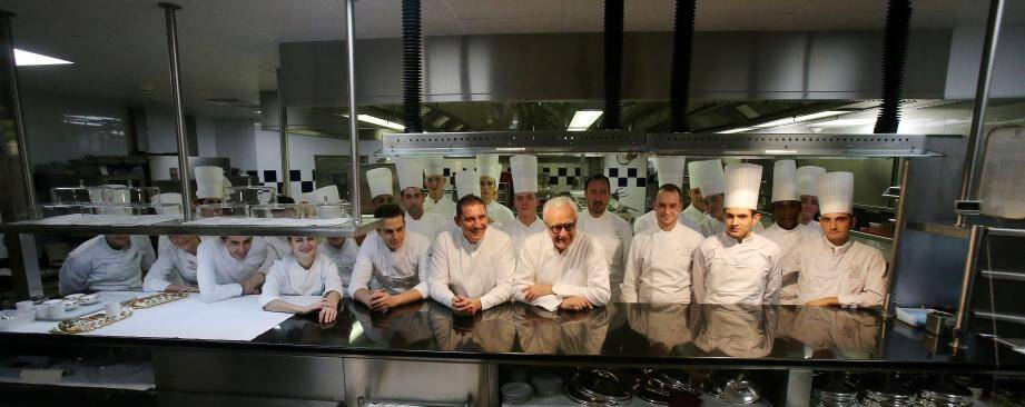Autour de leur chef Alain Ducasse, l'équipe en cuisine mi-monégasque mi-parisienne.