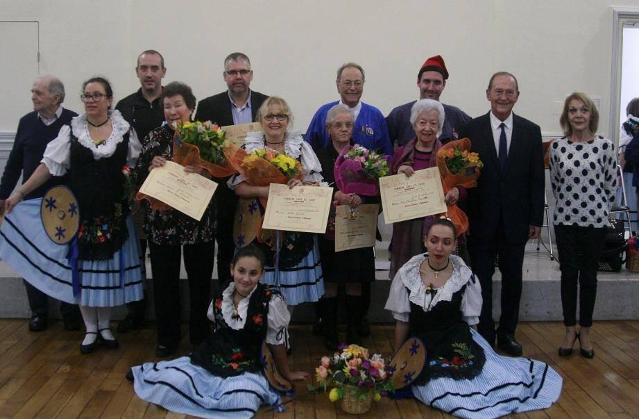 Le cru 2019 des Citoyens d'honneur, accompagné par des membres du groupe folklorique « La Mentonnaise ».