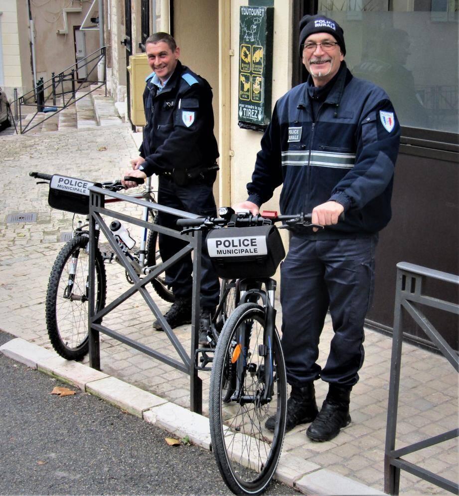 Philippe Gamerre, responsable du poste local (à droite) et Christophe Gauthier (ASVP) prêts à partir en patrouille de surveillance.