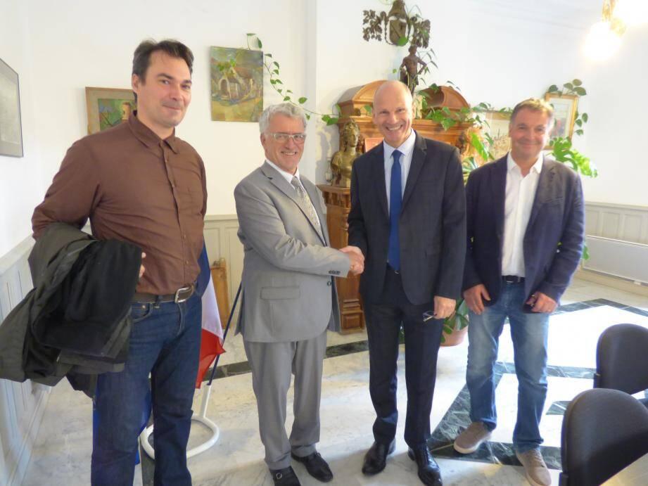 Le maire a accueilli le sous-préfet dans la salle du conseil municipal, entouré de ses adjoints Thomas Dombry et Grégoire Sanchez.