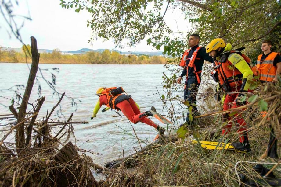 Ci-dessus, le véhicule a dérivé sur 300 mètres avant de s'immobiliser à une quarantaine de mètres du rivage. En bas, les secours ont sorti deux personnes du véhicule immergé, lors d'une opération de sauvetage très délicate avec l'appui d'un hélicoptère.