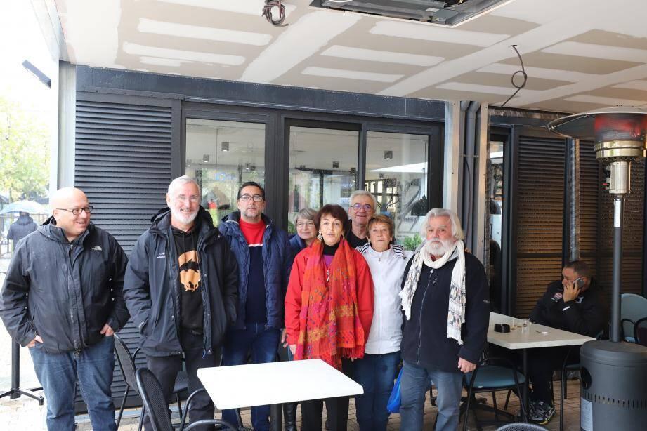 Les militants de la section de Saint-Maximin du PCF en compagnie de deux représentants du groupe Gilets jaunes Provence verte.