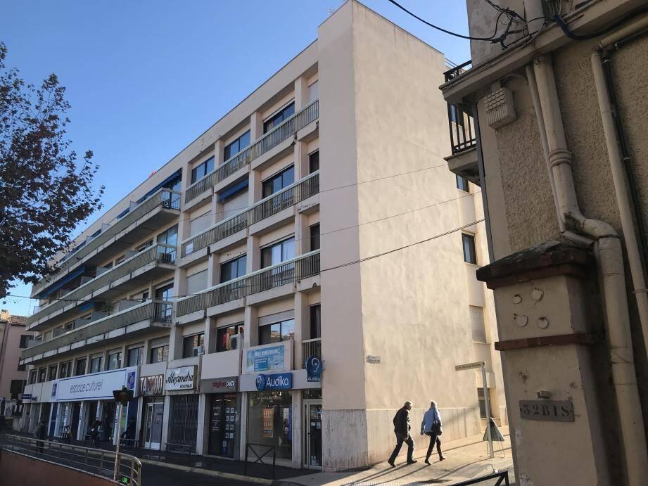 L'immeuble Le Villeneuve est difficile à manquer quand on se balade au centre-ville de Vence. Cette façade qui n'est pas du goût de tous doit être ravalée. Mais à quel montant la Ville doit-elle participer à ces travaux ? Réponse lors d'un prochain conseil.
