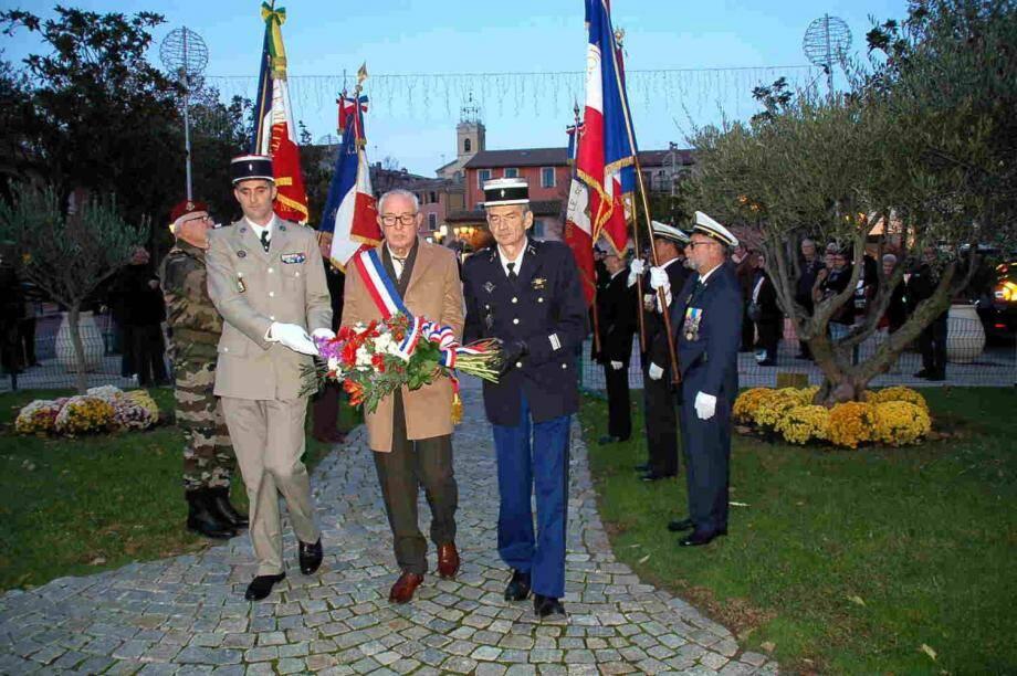 La gerbe de la municipalité a été déposée par le maire accompagné du chef d'escadron Payet et d'un capitaine du 519e GTM d'Ollioules.