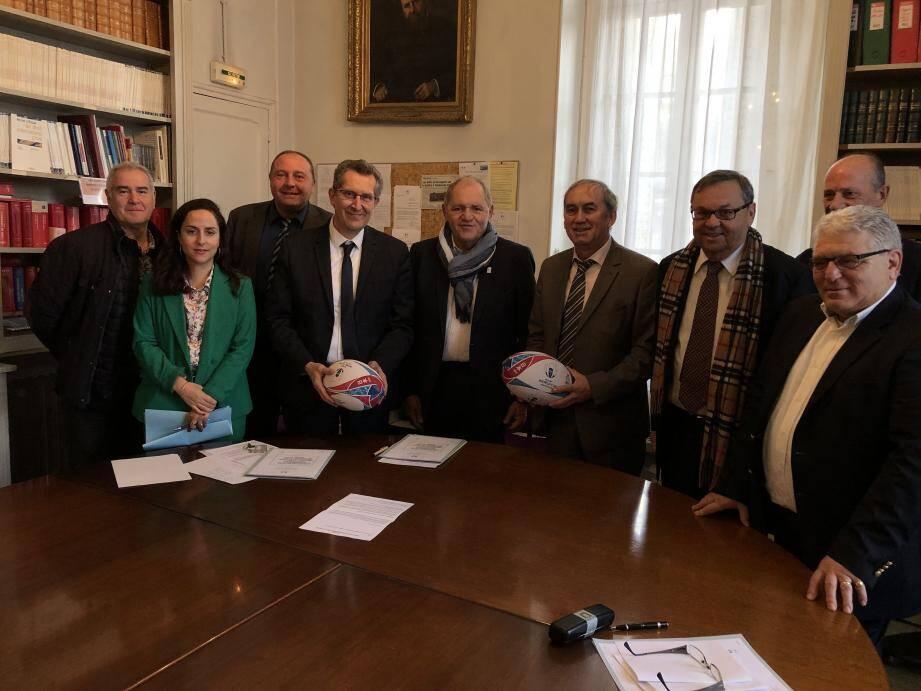 Ballon de rugby en mains, Pierre Arpaia et Bernard Marchal, respectivement procureur adjoint de Draguignan et procureur de Toulon, sont entourés des représentants de la Ligue régionale de rugby et de l'Union nationale des  arbitres de football pour le Var.