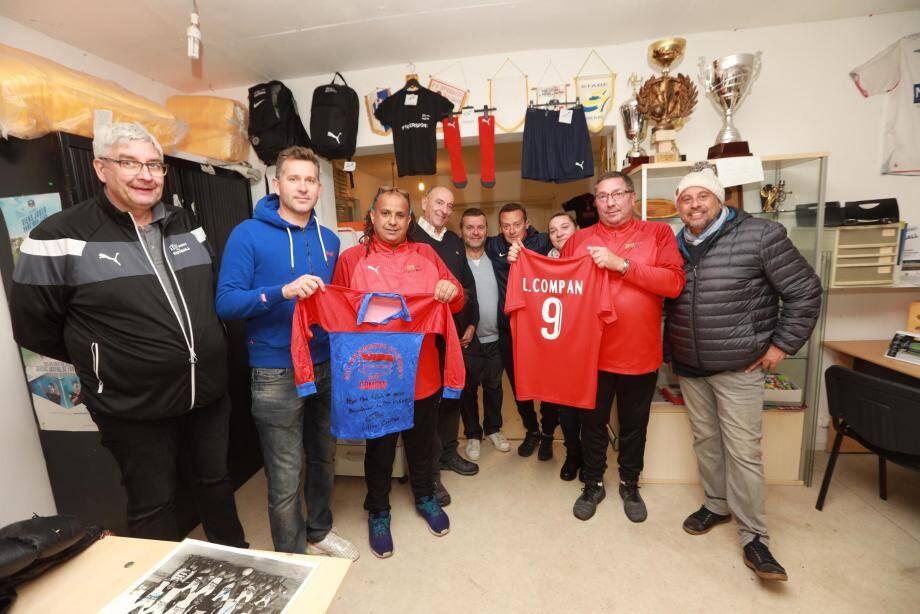 Lilian Compan (en bleu) n'oublie pas ses années en rouge et bleu. Il remet ici l'un de ses maillots de poussin aux dirigeants de l'ASPTT Hyères.
