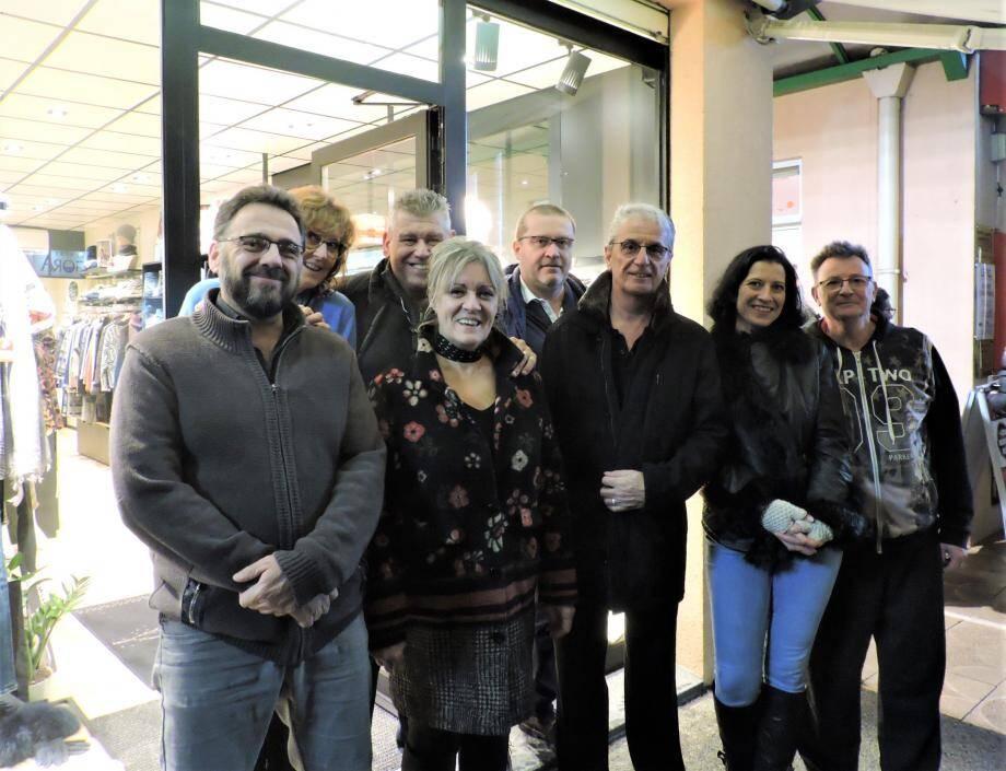 Les commerçants invités d'un soir entourant Michel Moumdjian (au centre).
