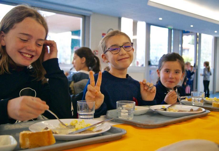 Pause gourmande et détente entre copines de l'école élémentaire Frédéric-Mistral.