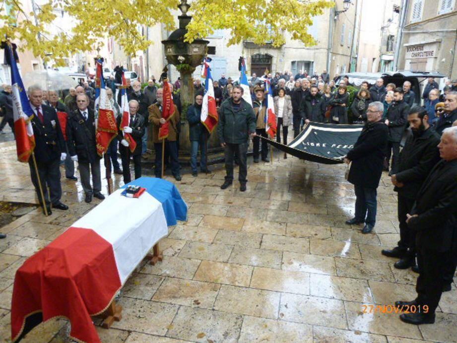 Christian Bonhomme, proche et président du Comité du Bessillon et Claude Reizer, président de l'Amicale des anciens marins de Carcès ont rendu un émouvant hommage à Max Dauphin.