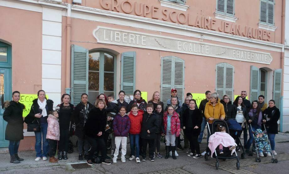 Les parents d'élèves se sont rassemblés jeudi matin devant le groupe scolaire pour faire part de leurs inquiétudes.