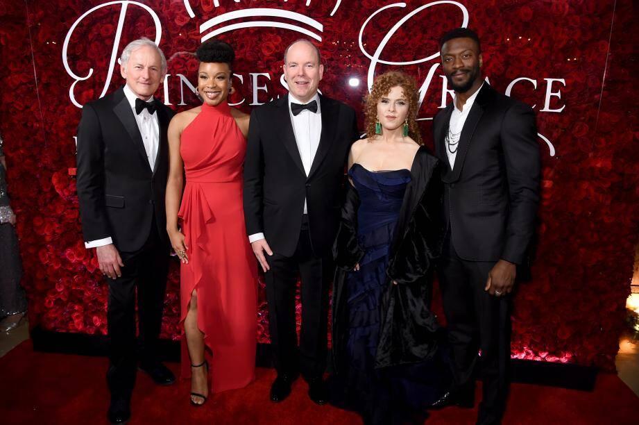 Le souverain entouré par la réalisatrice Chinonye Chukwu (en rouge) et la comédienne Bernadette Peters sur le tapis rouge du gala au Plaza à New York.