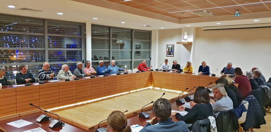 Entouré de certains de ses adjoints, le maire Philippe Léonelli a reçu, mercredi soir, les habitants du quartier n°6 (La Castillane, le  Cros du Mouton, Les Hauts de Cavalaire et Escalado del Roncas).