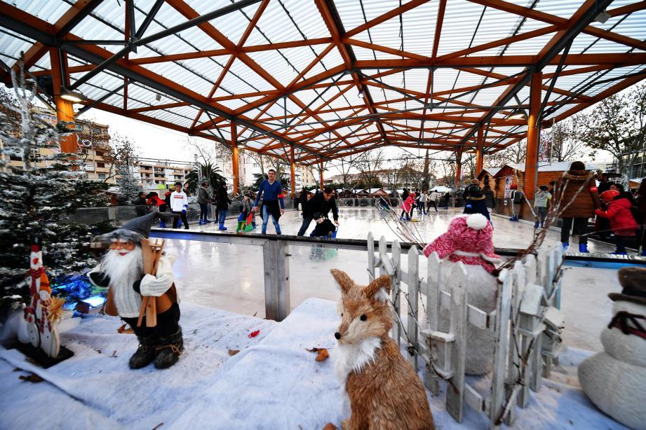Autour de la patinoire installée place de Noailles, ce sont 34 chalets qui proposeront des points restauration et des idées cadeaux, ainsi qu'une scène destinée à des apéro concerts.