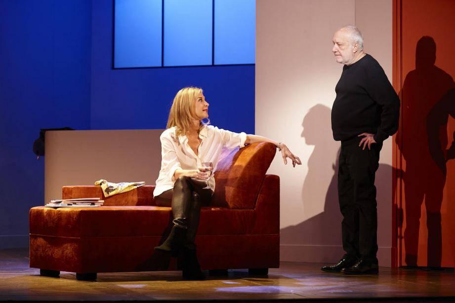 Un canapé, un décor minimaliste et deux comédiens chevronnés : Encore un instant vous en fera passer de beaux, sur la scène de l'opéra.