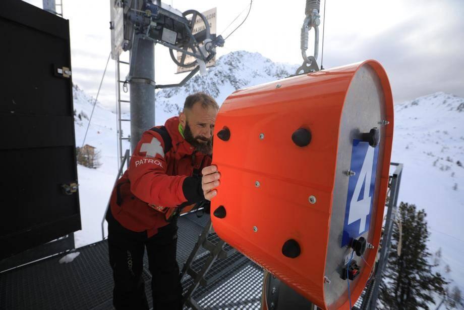 Il sera ensuite acheminé, via un câble, au-dessus d'un couloir de neige, afin d'y déclencher une avalanche préventive.