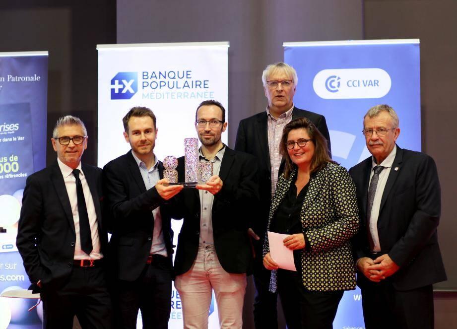 Grégoire Tutenuit et Julien Gros, co-fondateurs de B2B Cosmetics récompensés par Nathalie Alexandre (Enedis), Roland Rolfo (CMAR), Erick Mascaro (GrDF) et Frantz Lancet (Pôle emploi).