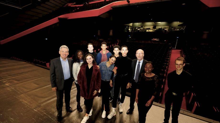 Les lycéens de Première gestion administration, accompagnés de leurs enseignantes, du directeur du palais Didier Boidin et du DRH Bruno Demarest découvrent la scène du grand auditorium avec beaucoup de bonheur.