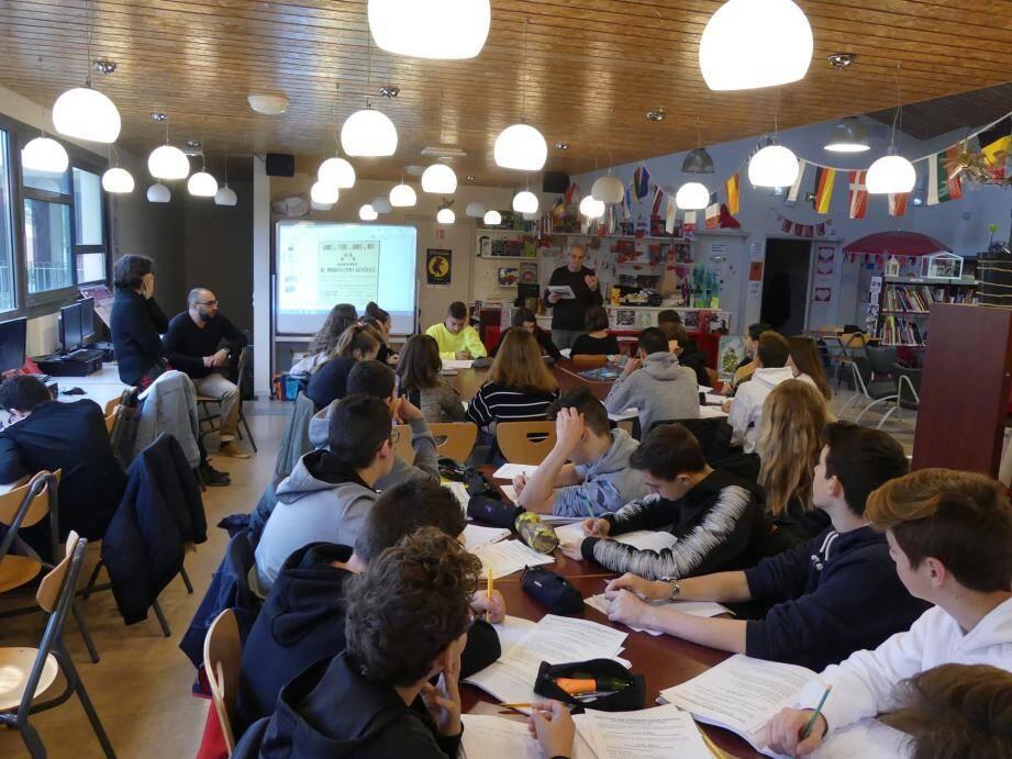 Au CDI du collège 16 fontaines, Jean-Claude Haingue a répondu aux questions choisies par les collégiens, parmi toutes celles qu'ils avaient préparées en amont, avec Brahim Belhadj, leur professeur d'histoire, et Mathilde Bernos, professeure documentaliste.