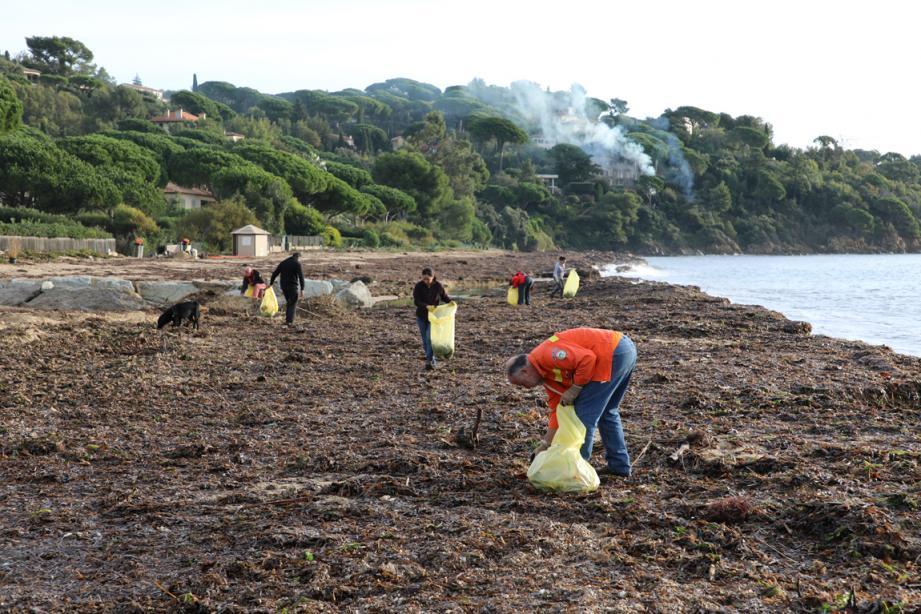 Les bénévoles sont venus aider le centre technique municipal.