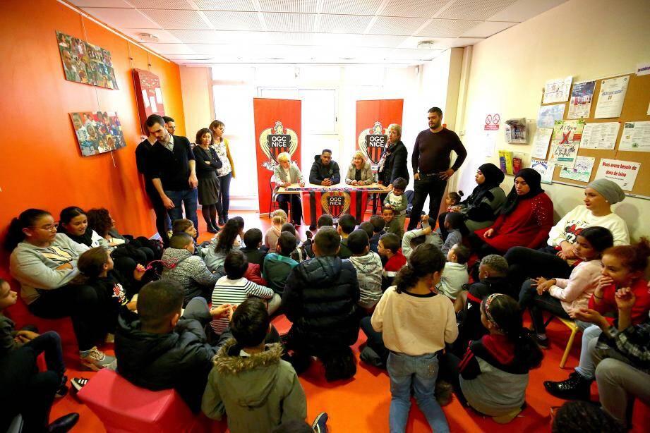 Le débat a eu lieu dans la salle de vie du centre social Le Village de l'Ariane.
