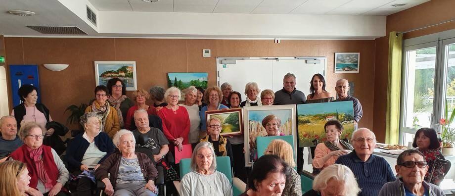 Artistes et résidents de la maison de retraite ont apprécié cette remise de prix effectuée dans la bonne humeur.