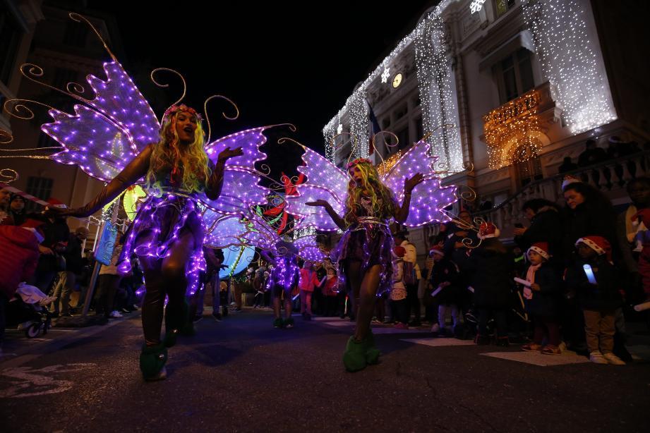 La parade lumineuse a émerveillé le public venu en famille hier soir.