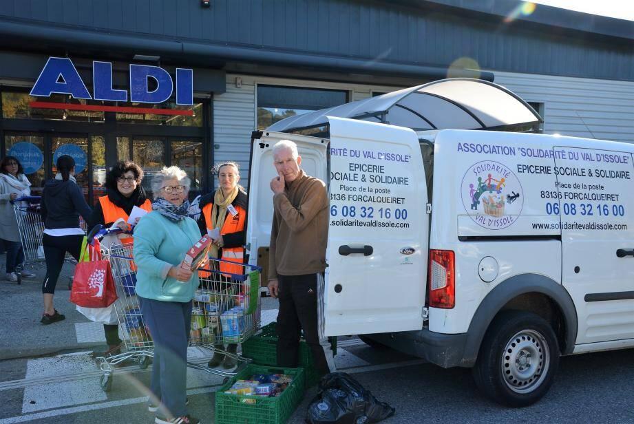Collecte alimentaire par les bénévoles de l'épicerie solidaire du Val d'Issole.