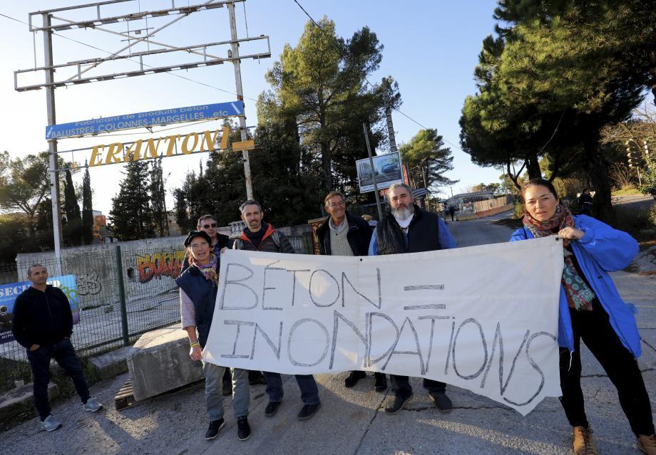 Les opposants ont déployé leur banderole juste avant que  la première visite débute, vendredi après-midi.