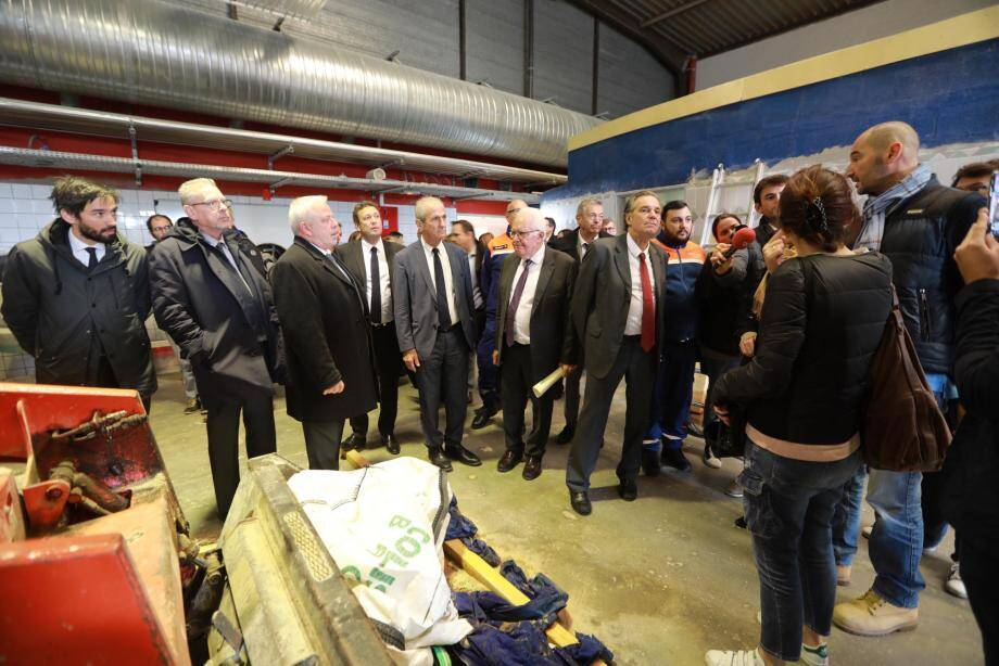 Au pôle travaux publics, un professeur (à droite) témoigne auprès de Renaud Muselier des dégâts subis samedi.
