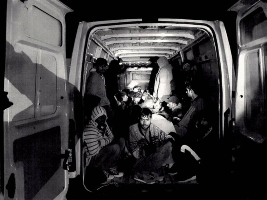Le 1er novembre, un passeur pakistanais était interpellé de nuit sur l'A8. Il transportait 31 migrants entassés à l'arrière de son fourgon dans des conditions déplorables.