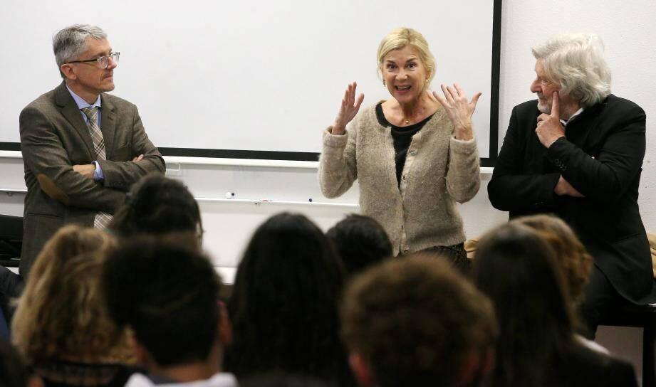 Michèle Laroque, nature, directe, enthousiaste a animé devant les lycéens (ci-dessus d'Apollinaire) une leçon de théâtre et de cinéma, qui était une belle leçon de vie à partager.