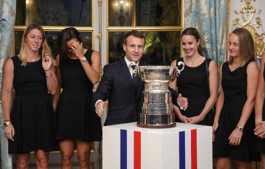 (g-d) Pauline Parmentier, Caroline Garcia, Alizé Cornet et Fiona Ferro avec le président Emmanuel Macron lors d'une réception à l'Elysée pour la victoire de l'équipe de France en Fed Cup dimanche en Australie, le 12 novembre 2019 à Paris