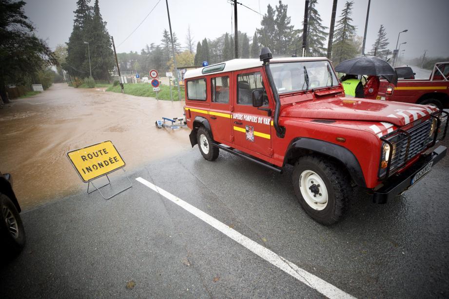 Une route inondée à Roquebrune-sur-Argens