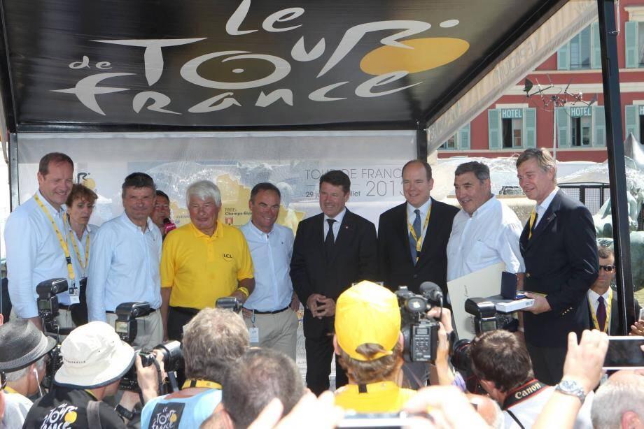 Raymond Poulidor et le prince Albert II lors du Tour de France 2013 à Nice.