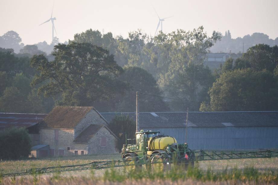 Un agriculteur pulvérise un  herbicide à Saint-Germain-sur-Sarthe, dans le nord-ouest de la France, au lever du soleil le 16 septembre 2019