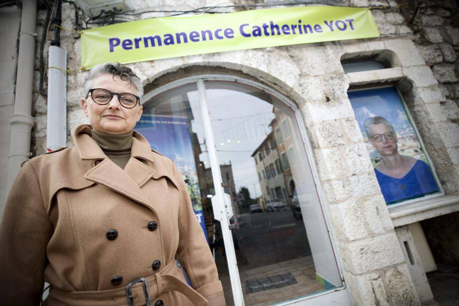 Catherine Yot devant sa permanence place Anthony-Mars.