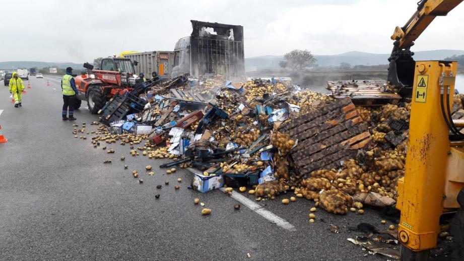 Des tonnes de pommes de terre sur l'A8.