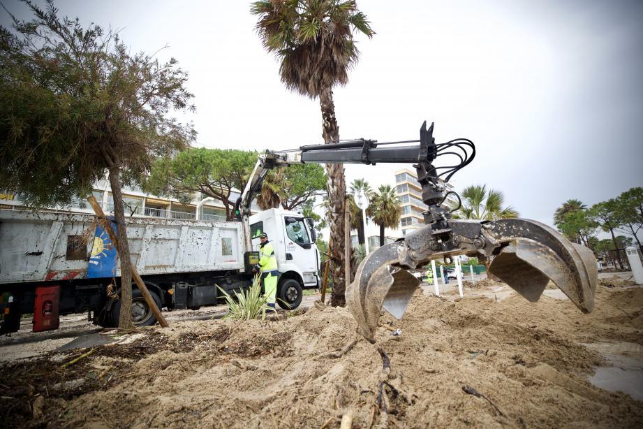L'heure du nettoyage sur le boulevard du midi à Cannes.
