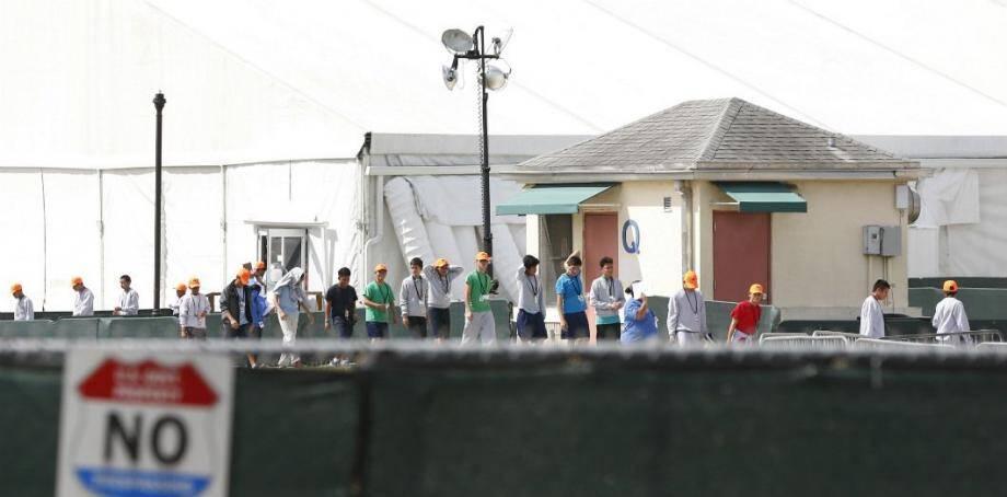 Des enfants étrangers séparés de leurs familles au centre d'Homestead en Floride.