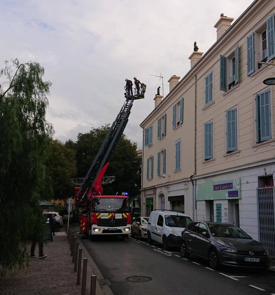 Les pompiers d'Antibes ont déployé la grande échelle en raison d'un conduit de cheminée qui risquait de tomber.