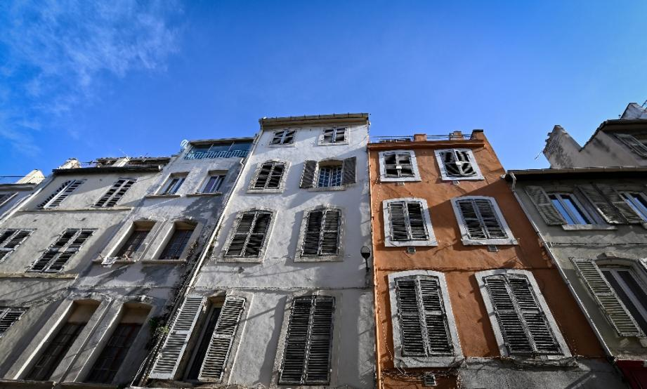 Des immeubles dans la rue d'Aubagne à Marseille, le 25 octobre 2019, près du site où trois immeubles insalubres se sont effondrés un an auparavant