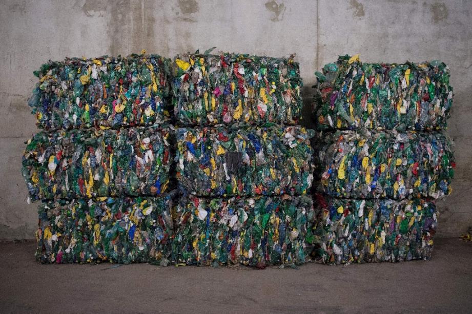 Des déchets plastiques dans un centre de tri à Fos-sur-Mer en septembre 2019